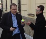 Před Sněmovnou létaly tenisáky, Schwarzenberg na nás poslal ochranku
